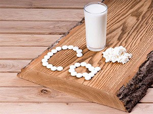 кальций и стакан молока