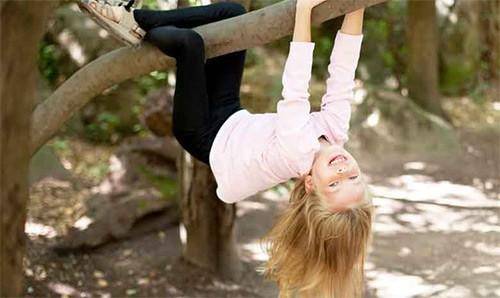 девочка висит на дереве