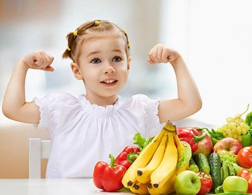 девочка и фрукты