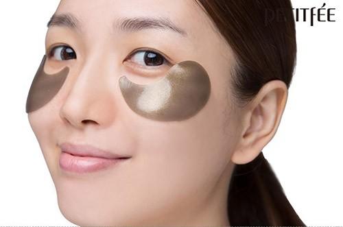 Боремся с морщинами вокруг глаз при помощи гидрогелевых патчей с черным жемчугом и коллоидным золотом от корейской компании Рetitfee. Полный обзор продукта, разбор состава, влияние на кожу, достигаемый эффект