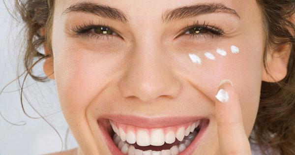 нанесение крема на лицо девушки