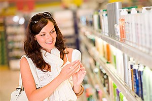 Девушка покупает шампунь