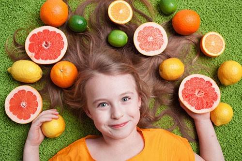 ребенок и фрукты